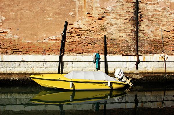 Venetien, Venedig, Castello-Viertel, Arsenale, gelbes Boot, Kanal,